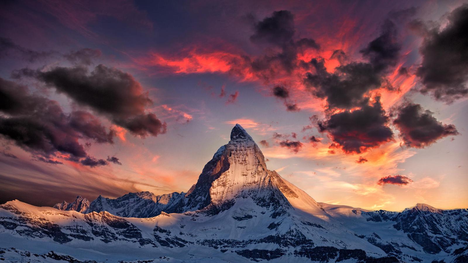 Самое интересное : Крутой проект дома с двухскатной крышей на склоне в Швейцарии